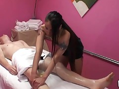Gentle tugjob and orall-service sex performed during massage